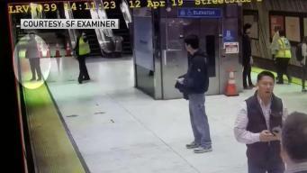 VIDEO: Mujer queda atrapada en las puertas del MUNI