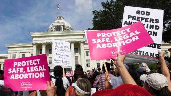 CA podría exigir medicamentos para aborto en universidades