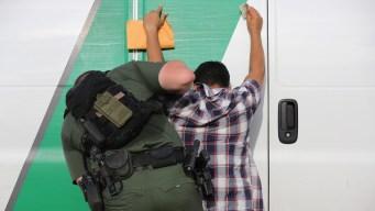 Hay menos arrestos fronterizos pero más deportaciones