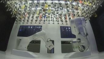 """Cantinero robot"" prepara hasta 80 tragos por hora"