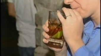 Estudio: mamás son más propensas a beber en exceso