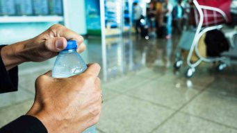 Aeropuerto prohíbe la venta de botellas de agua de plástico