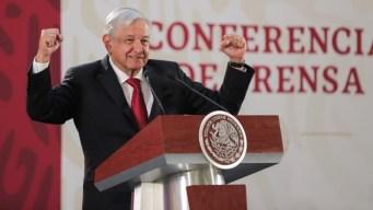 """AMLO celebra que un peso mexicano """"fortachón"""""""
