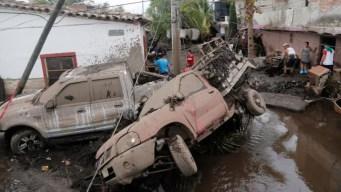Río se desborda y arrasa todo a su paso; 2 muertos