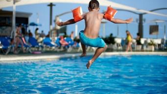 Orina y otros fluidos: el peligro oculto de las piscinas