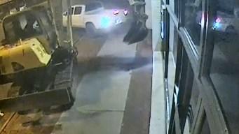 Osados ladrones usan excavadora para robar un banco