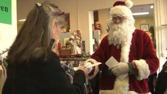 Santa Claus anónimo reparte billetes de $100
