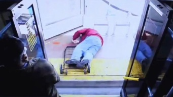 Despiadado y mortal empujón: anciano cae de autobús