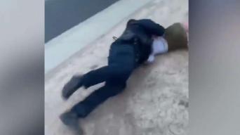 Policía avienta al piso a una mujer en Rio Vista