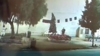 Vandalizan arbolito de navidad en Oakland