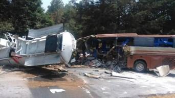 """Camión tanque impacta autobús del staff de """"El Buki"""""""