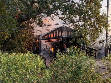 Bomberos luchan contra incendio en San Anselmo