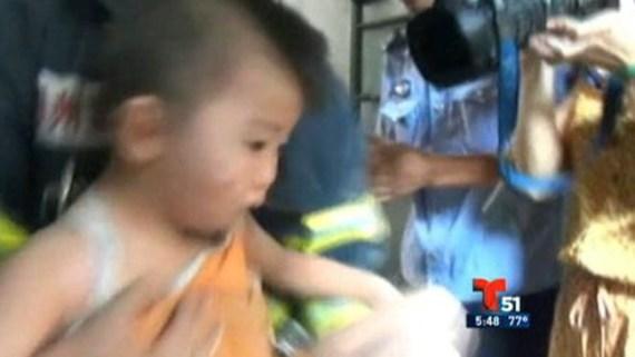 Rescatan a niño atrapado entre paredes