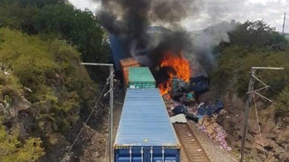 Frenan tren para robarlo y provocan choque e incendio