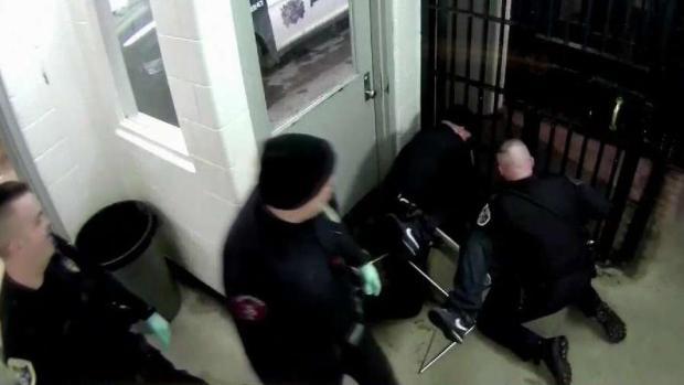 En video: reo escupe a policías y desata paliza frente a cámaras