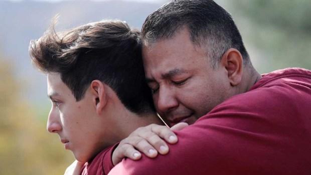 Lágrimas de padres al reencuentro con sus hijos tras tiroteo escolar