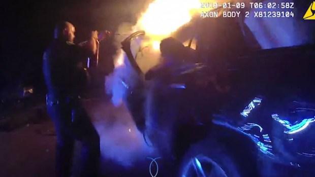 En video:  Lo rescatan de auto en llamas tras choque en contravía