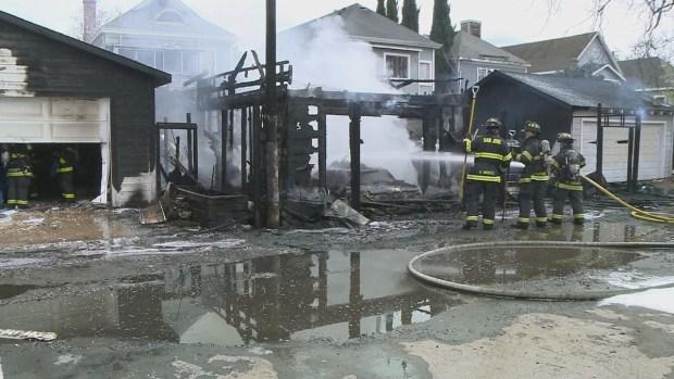 Fuego de 3 alarmas consume garajes