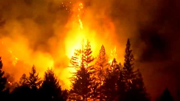 Voraz incendio destruye una estructura y amenaza otras 100 en Santa Cruz