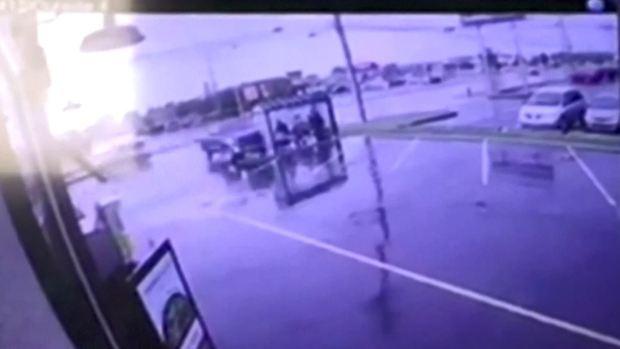 Camioneta destroza parada de autobús y atropella a viajeros