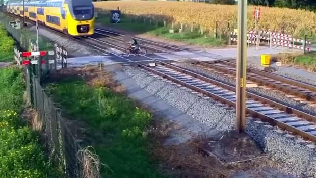Se salva por un pelo de ser arrollado por un tren