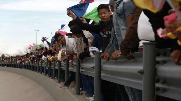 Foman cadena humana contra el muro fronterizo