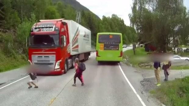 Imágenes impactantes: niño se baja de autobús y pasa lo inesperado