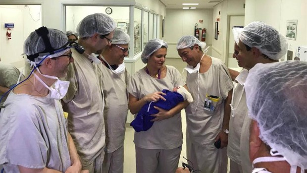 Le trasplantan útero de cadáver y trae al mundo niña viva