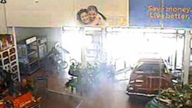 Video: Se mete en Walmart con auto y todo
