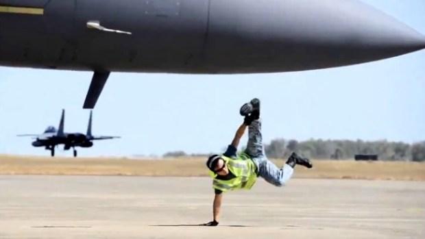 Video: ¿La Fuerza Aérea le paga por esto?