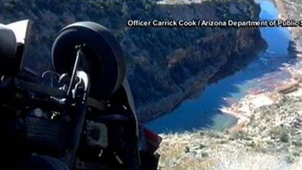 Video: Vuelca camión al borde del abismo