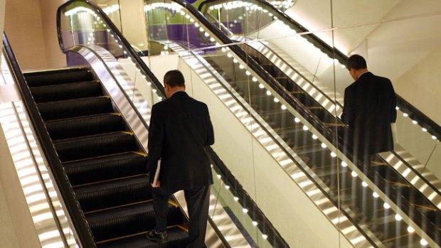 Video: Abuela toma escalera por donde no era