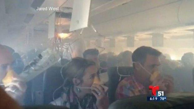 Video: Pánico por explosión en pleno vuelo