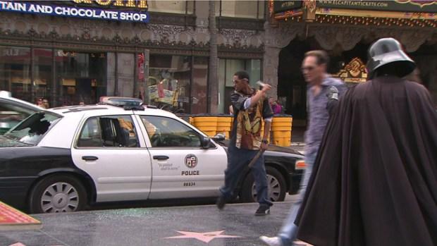 Video: Hombre destroza cristales de 4 patrullas