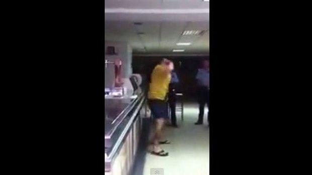 Video: Se da puñetazos y acusa a la policía