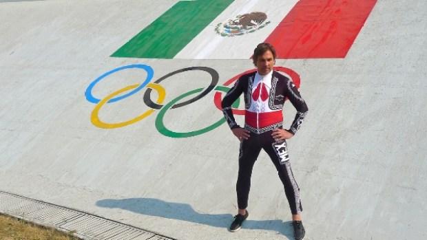 Video: Esquiador mexicano se viste de charro