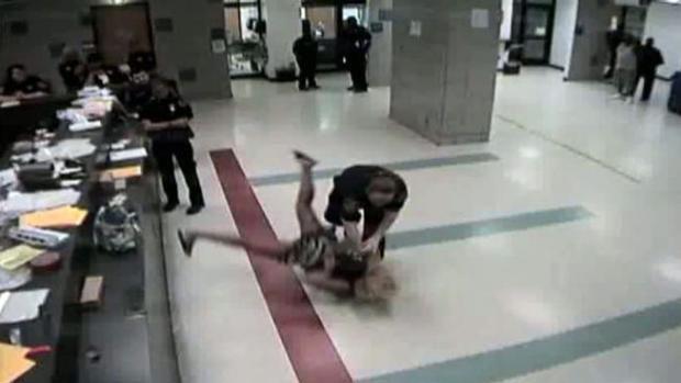 Video: Demanda por uso de fuerza excesiva