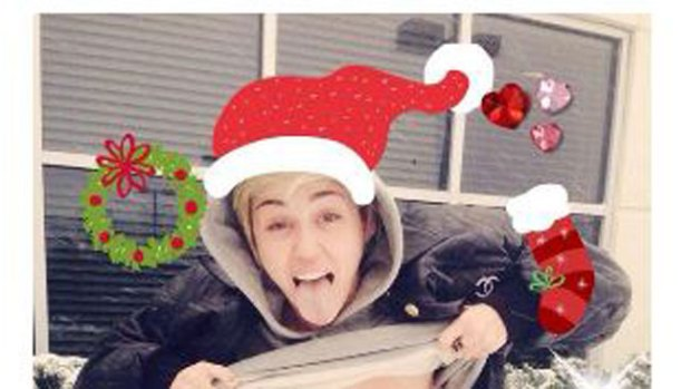 Video: El topless navideño de Miley Cyrus