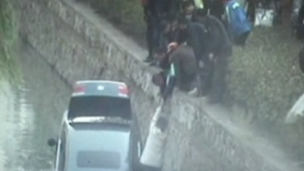 Video: Se salva con suéter al borde de la muerte