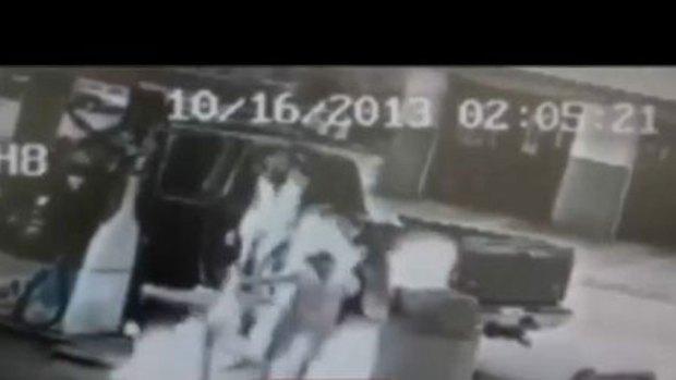 Video: Por poco la quema viva en gasolinera