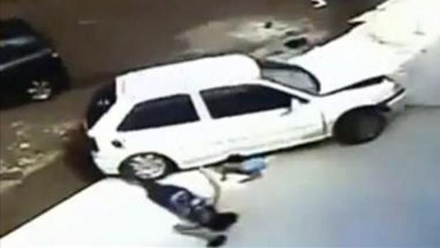 Video: Niño y abuela vivos tras ser atropellados