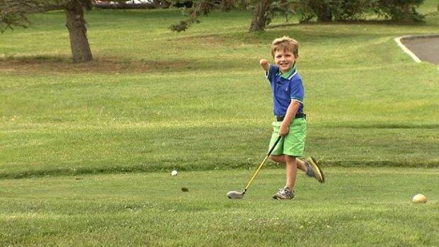 Video: Prodigio del golf con 3 años y un brazo