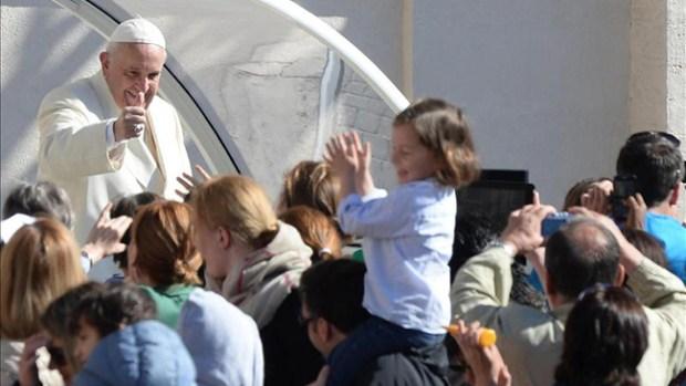 Video: El Papa invita a niños al papamóvil