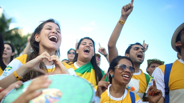 Video: Jóvenes en Brasil celebran al Papa