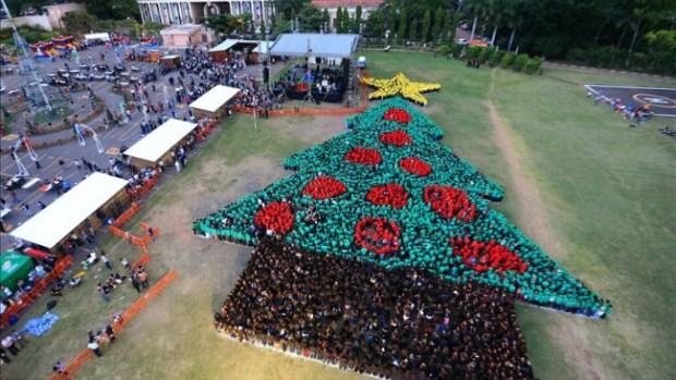 Video: Récord por Árbol de Navidad Humano