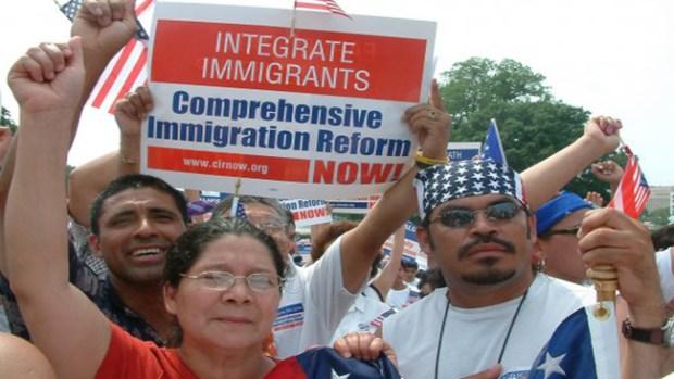 Video: Proinmigrantes protestan con serenatas