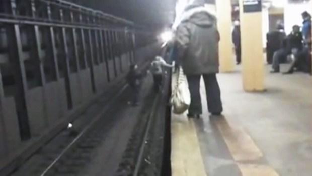 Video: Se juegan la vida en la vía del tren
