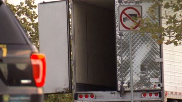 Horror: hallan cadáveres hacinados dentro de un camión