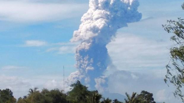 Tras terremoto y tsunami, erupciona un volcán