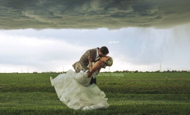 [TLMD - NATL] Fotos de boda: feroz tormenta no frena su romántico momento